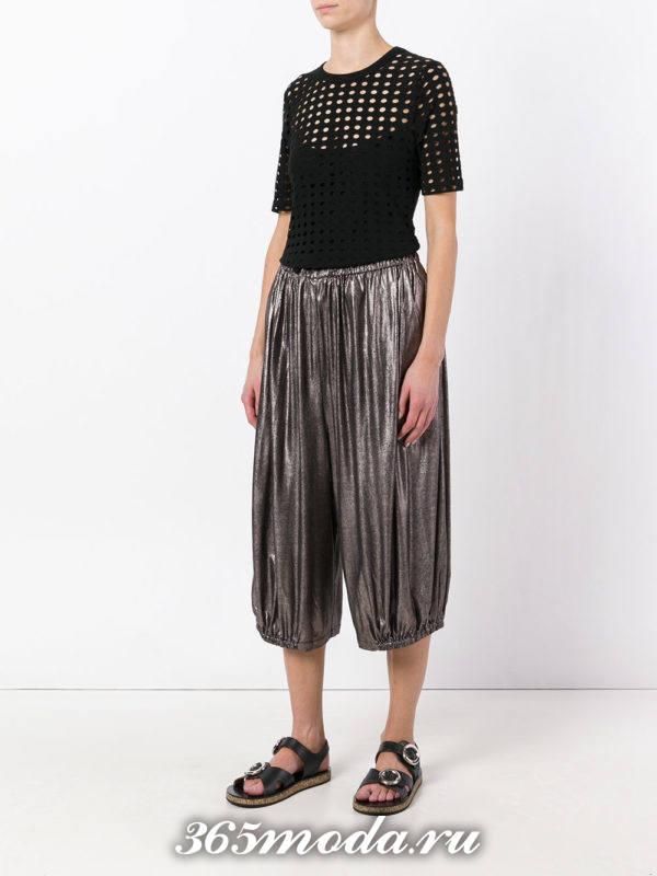 укороченные серые брюки-шаровары