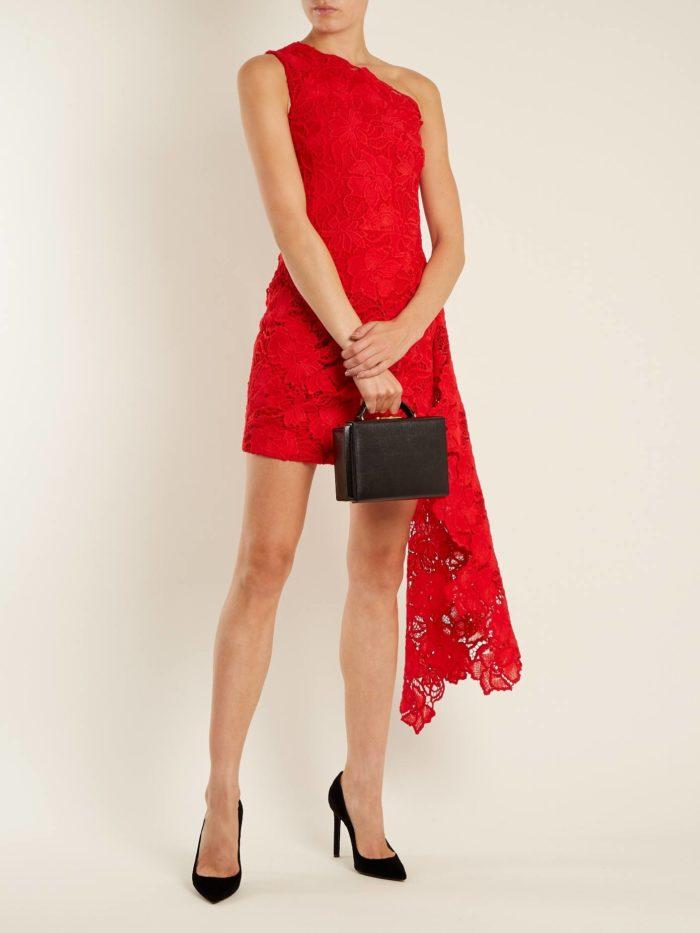 красное кружевное асимметричное короткое платье на выпускной