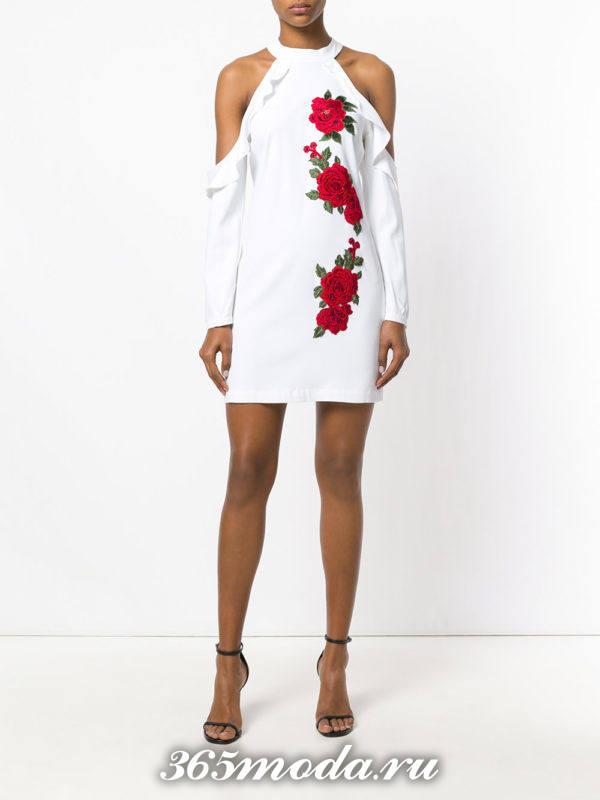 белое асимметричное короткое платье с оборками и вышивкой на выпускной