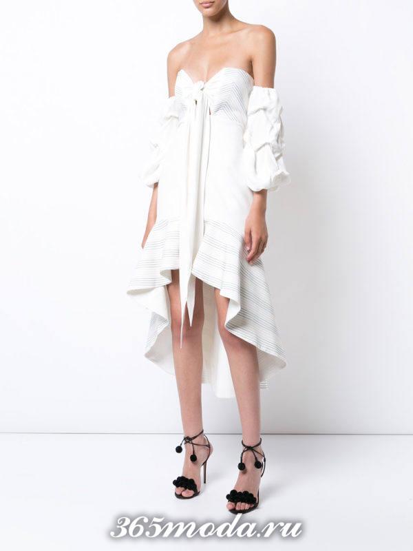 асимметричное короткое белое платье с открытыми плечами на выпускной