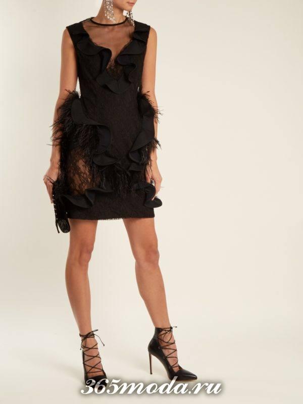 черное короткое платье футляр с оборками и перьями на выпускной