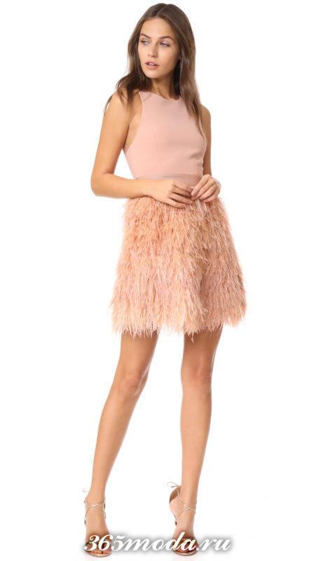 нюдовое короткое платье с перьями с ремнем на выпускной