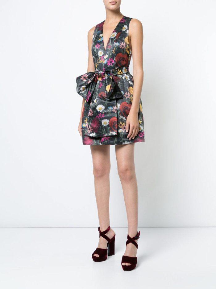 выпускные короткие платья: пышное с принтом и поясом