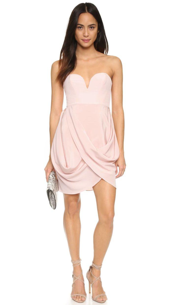 короткие платья на выпускной: розовое тюльпан с открытыми плечами