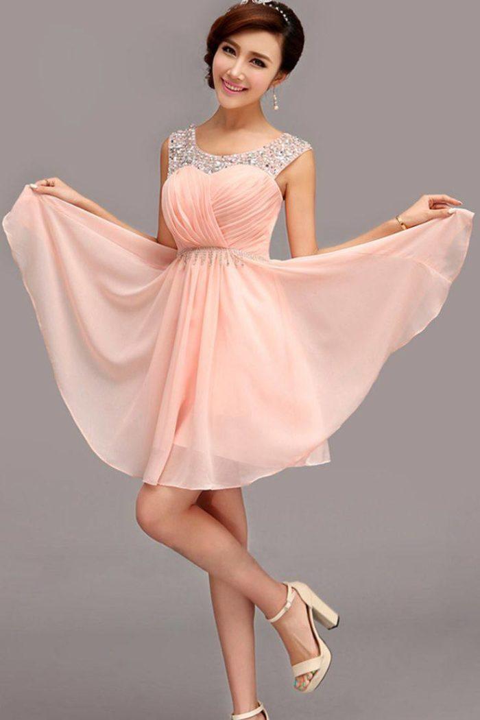 выпускные короткие платья: персиковое клеш из шифона