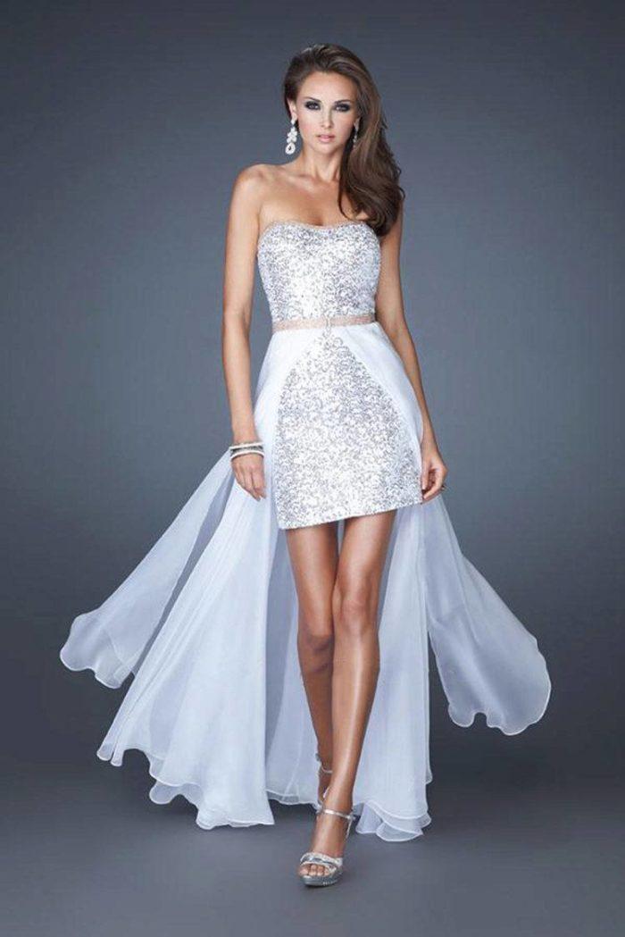блестящее короткое платье с белым шлейфом на выпускной