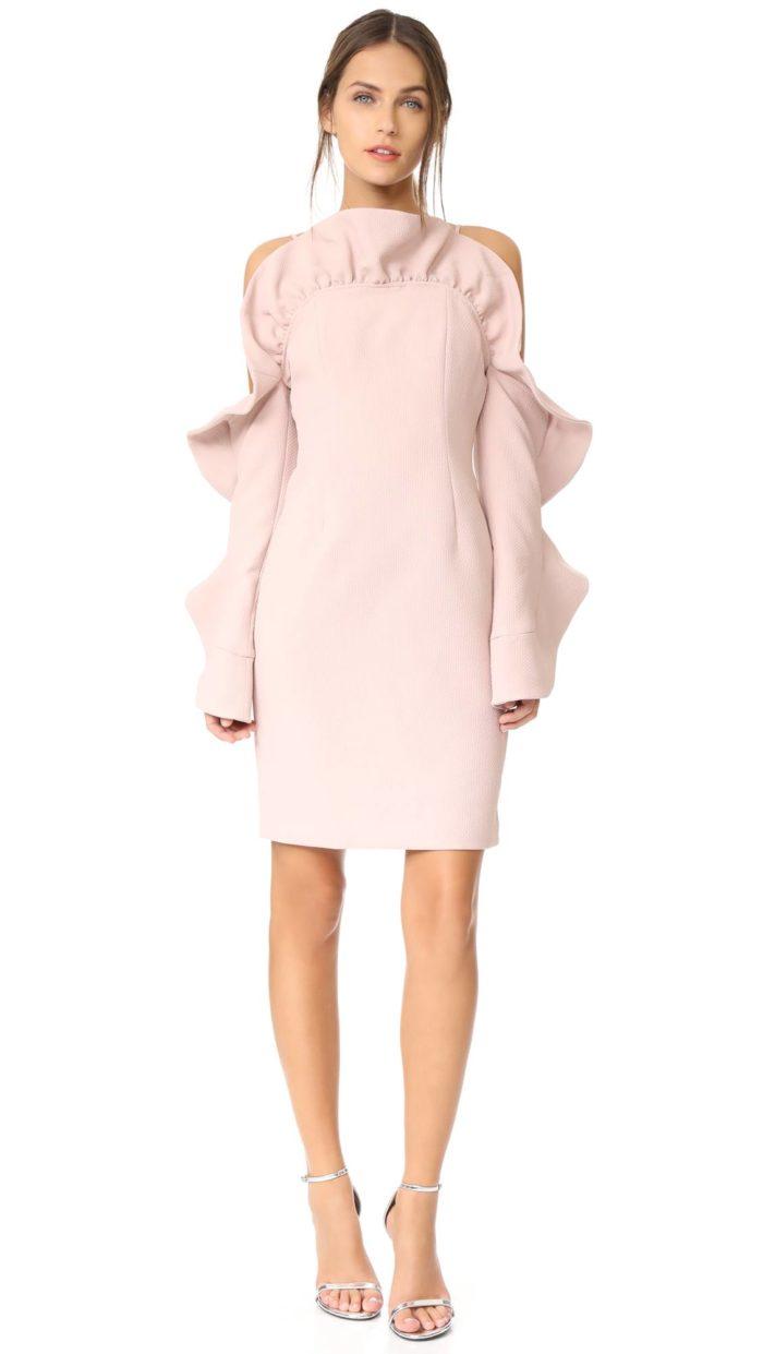 короткое платье на выпускной: розовое футляр с оборками