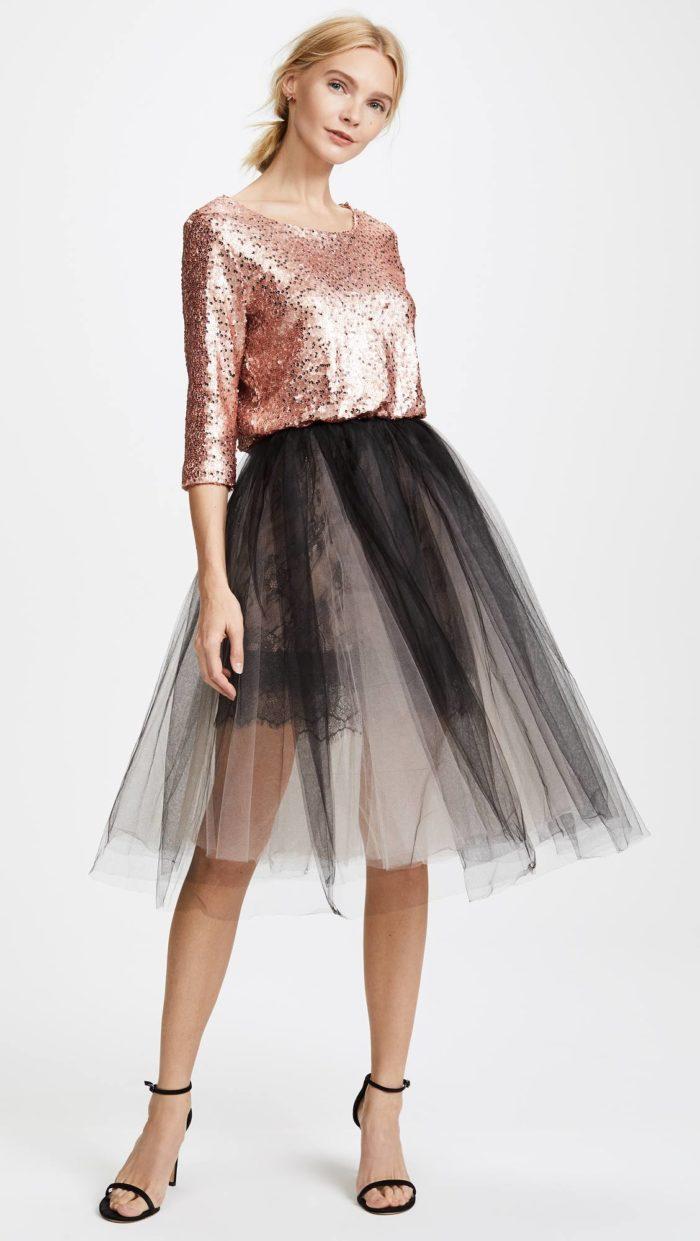 короткие платья на выпускной: двухцветное с пышной юбкой