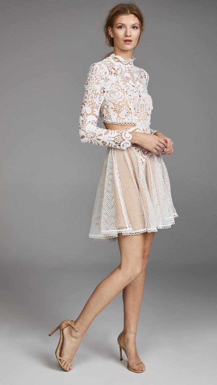 выпускное короткое платье: белое с вырезами