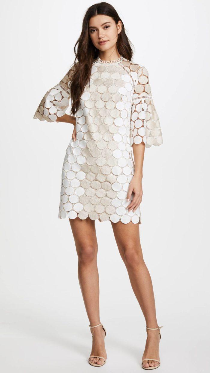 выпускное короткое платье: свободное кружевное с укороченными рукавами