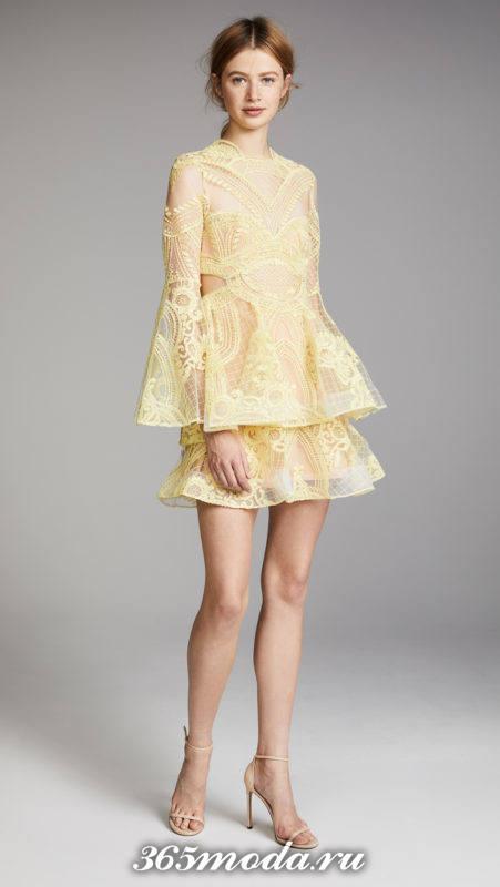 желтое кружевное многослойное короткое платье на выпускной