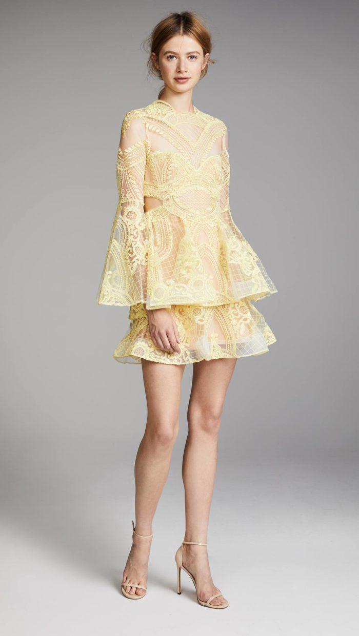 выпускное короткое платье: желтое кружевное многослойное