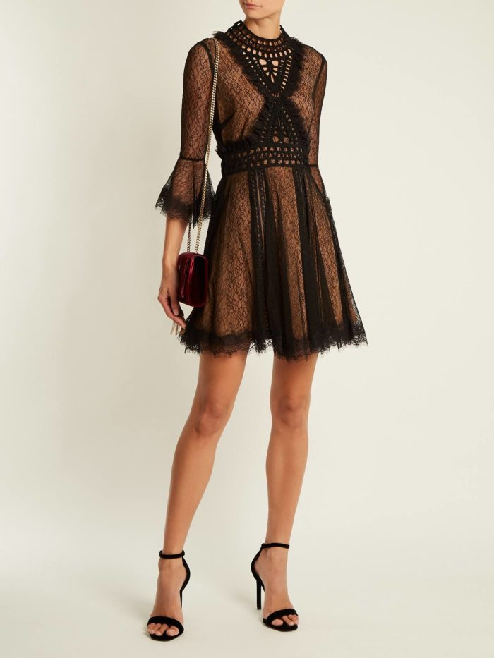 короткое платье на выпускной: многослойное с рукавами клеш