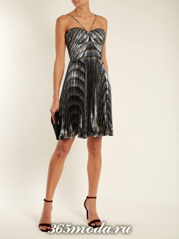 короткое серебристое платье плиссе на выпускной