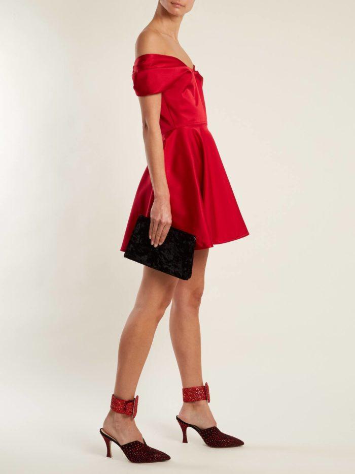короткое платье на выпускной: красное с открытыми плечами