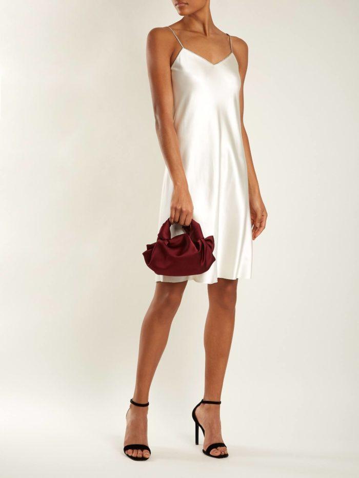короткое платье на выпускной: белое в бельевом стиле