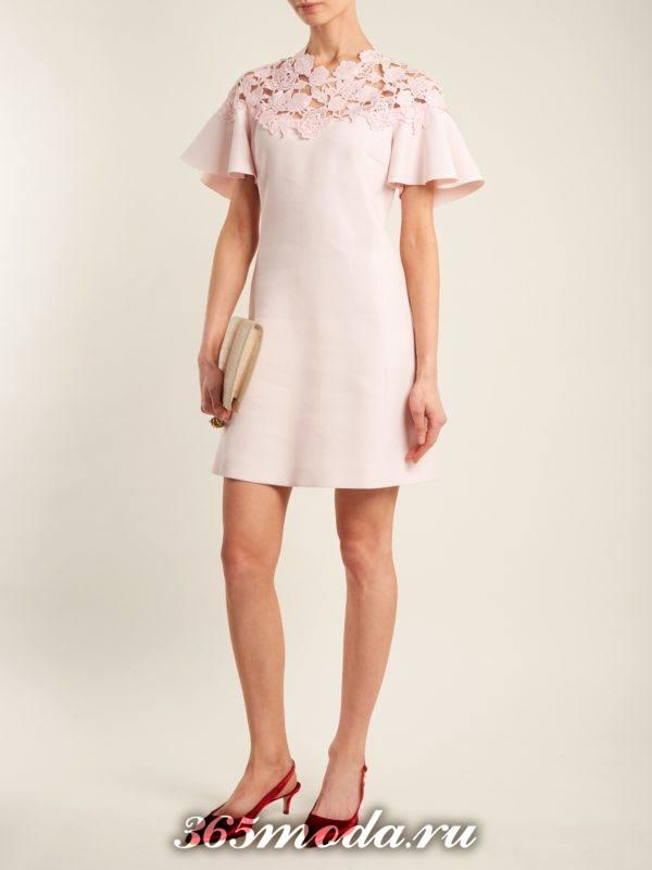 розовое короткое платье с короткими рукавами и кружевной вставкой на выпускной