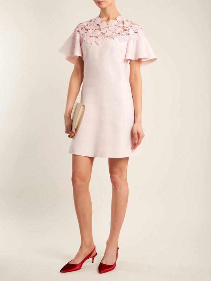 короткое платье на выпускной: розовое с короткими рукавами и кружевной вставкой