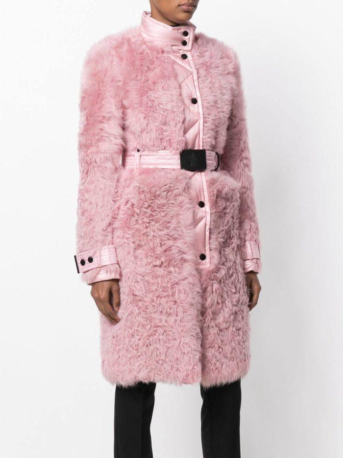 Верхняя одежда осень-зима 2019-2020: розовое меховое пальто с поясом