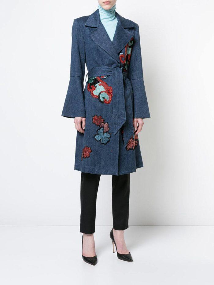 Верхняя одежда осень-зима 2019-2020: джинсовый миди плащ с декором