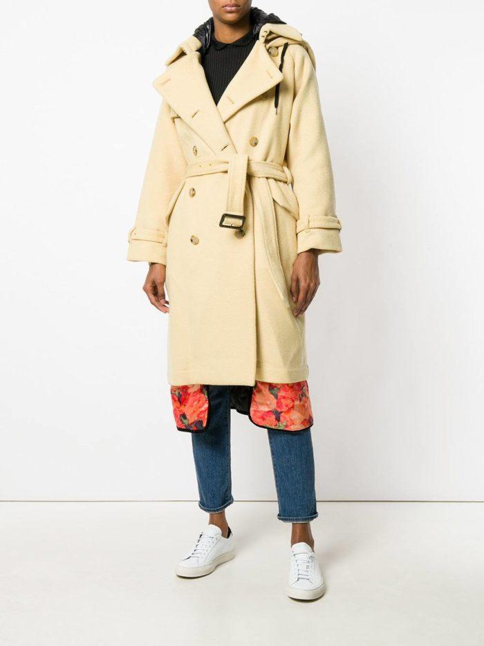 Верхняя одежда осень-зима 2019-2020: бежевый многослойный плащ с поясом