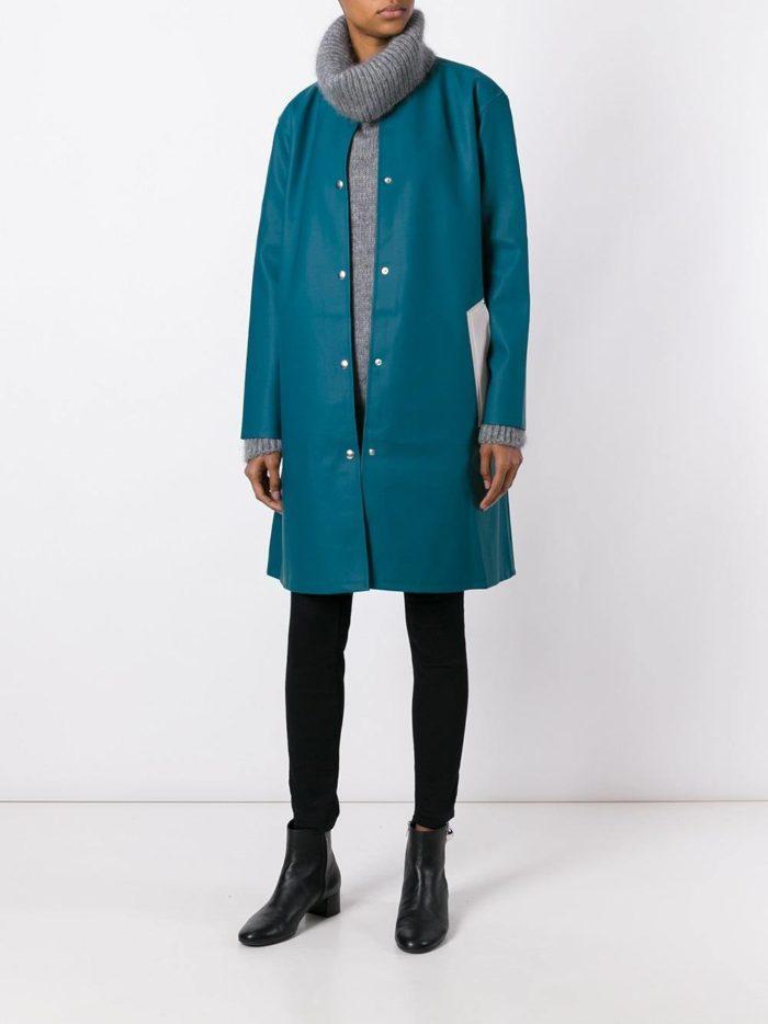 Верхняя одежда осень-зима 2019-2020: синий плащ на кнопках