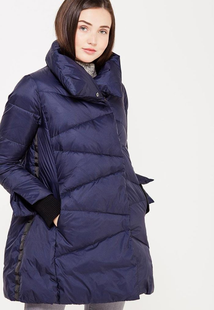 Верхняя одежда осень-зима 2019-2020: синий пуховик с воротником
