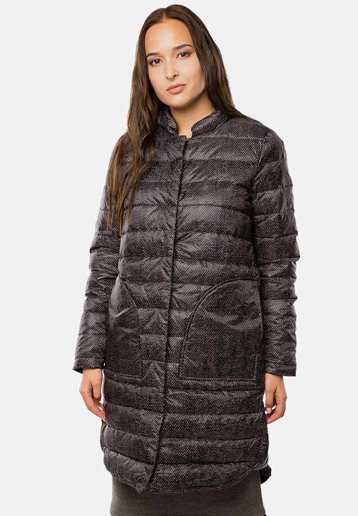 Верхняя одежда осень-зима 2019-2020: коричневый пуховик с принтом
