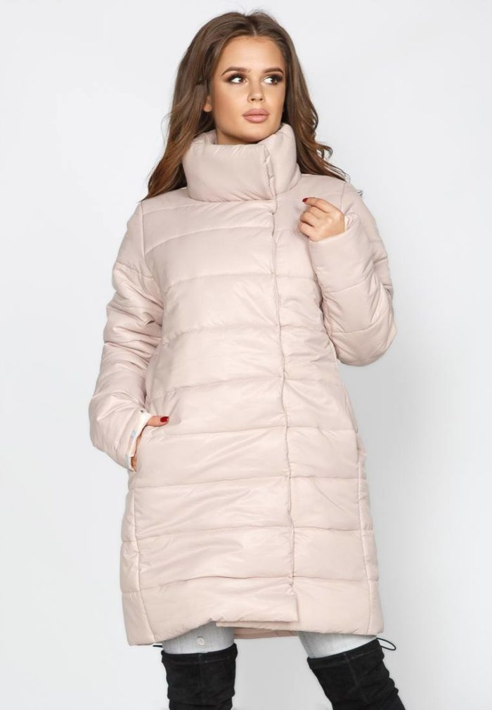 Верхняя одежда осень-зима 2019-2020: розовый пуховик с воротником-стойкой