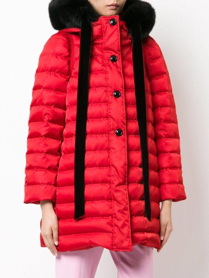 красная стеганая куртка с капюшоном