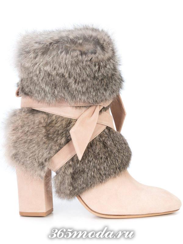 зимние светлые полусапожки с мехом на каблуке