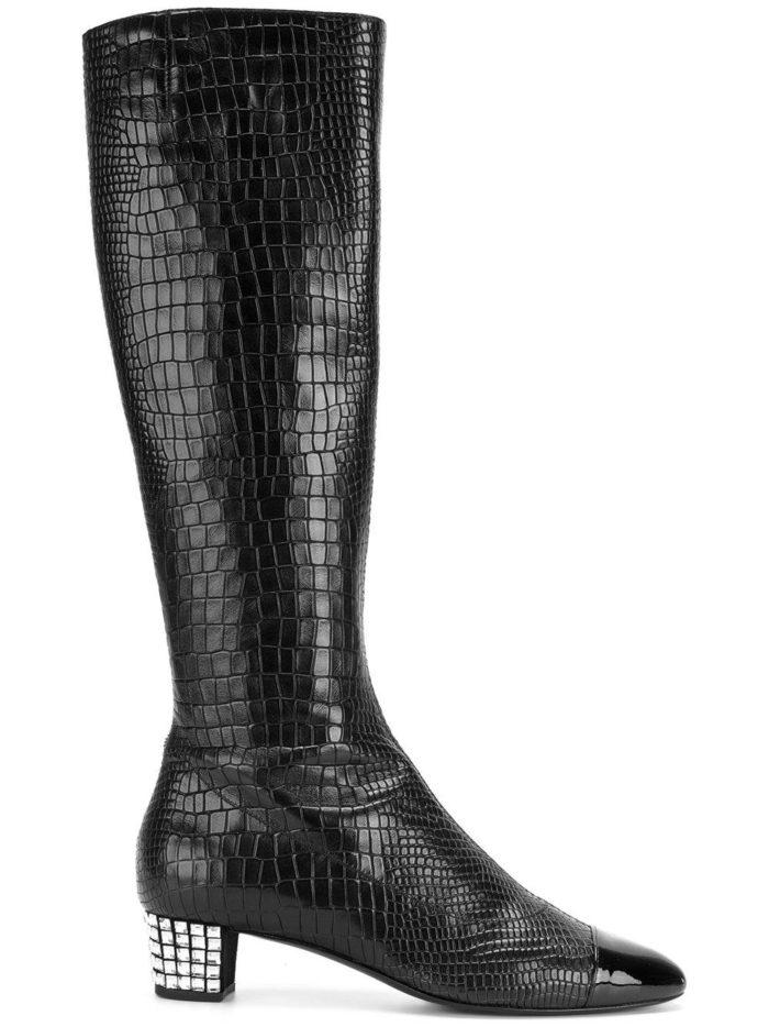 зимняя женская обувь 2019-2020: черные сапоги под кожу рептилий