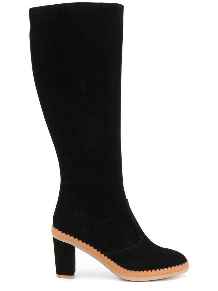 зимняя женская обувь 2019-2020: черные сапоги на цветной подошве