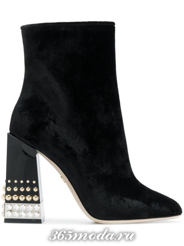 бархатные черные ботильоны на толстом каблуке с декором мода 2018