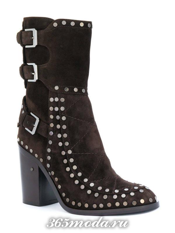 модные ботильоны: коричневые замшевые ankle с заклепками на каблуках