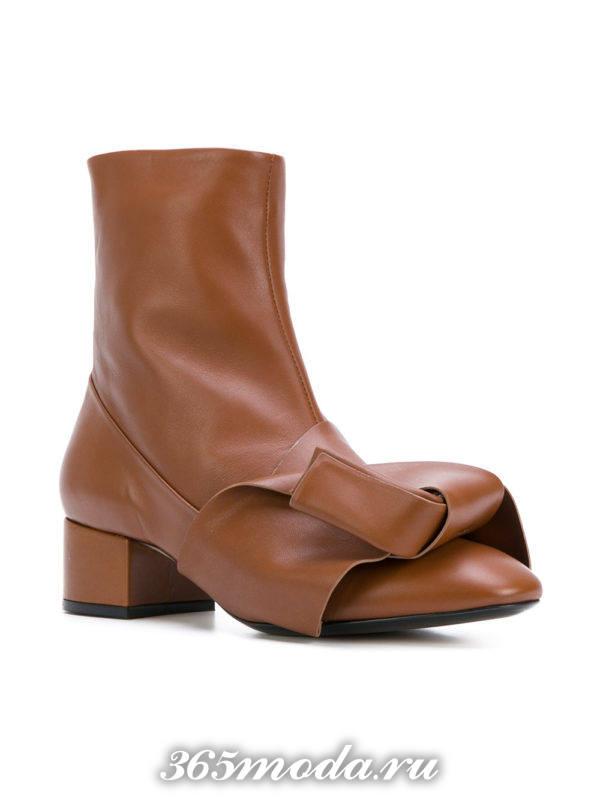 женские ботильоны: коричневые ankle с декором на низких каблуках
