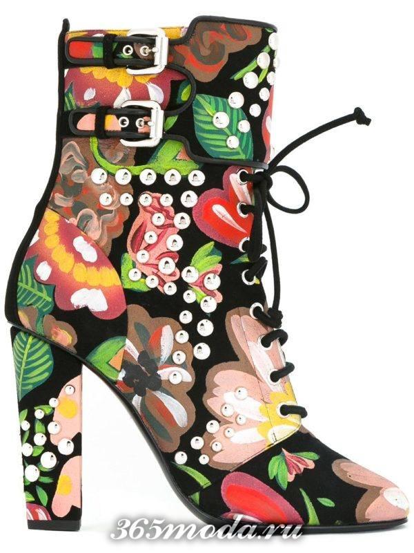 женские ботильоны: ankle с принтом на шнуровке и каблуках