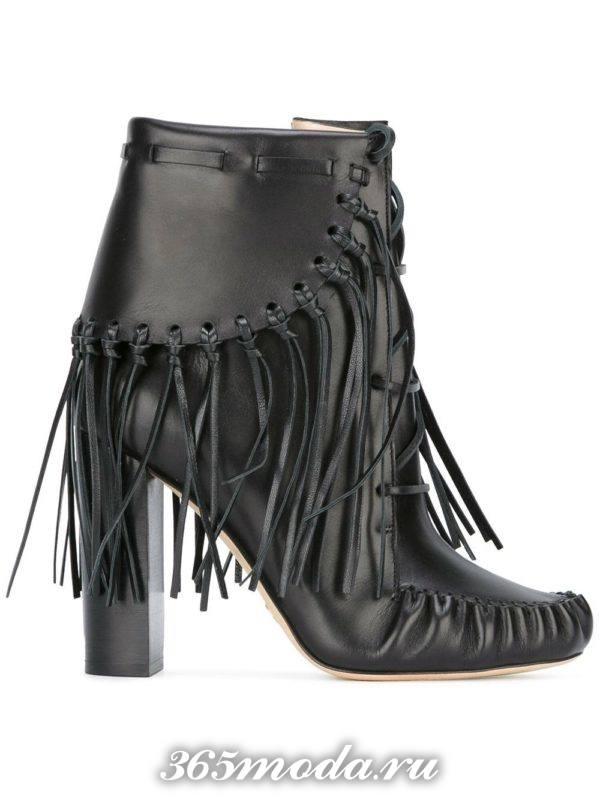 модные женские ботильоны: черные с бахромой на каблуках