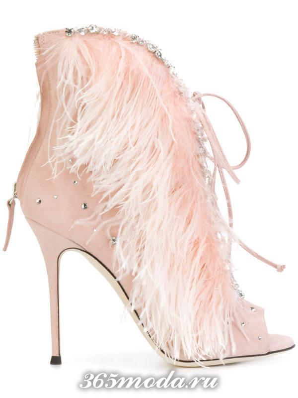 мода 2018 розовые ботильоны на шпильке с перьями и шнуровкой