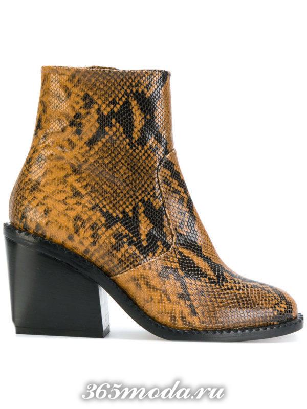 ботильоны: женские с принтом рептилий на широких каблуках модные тенденции фото