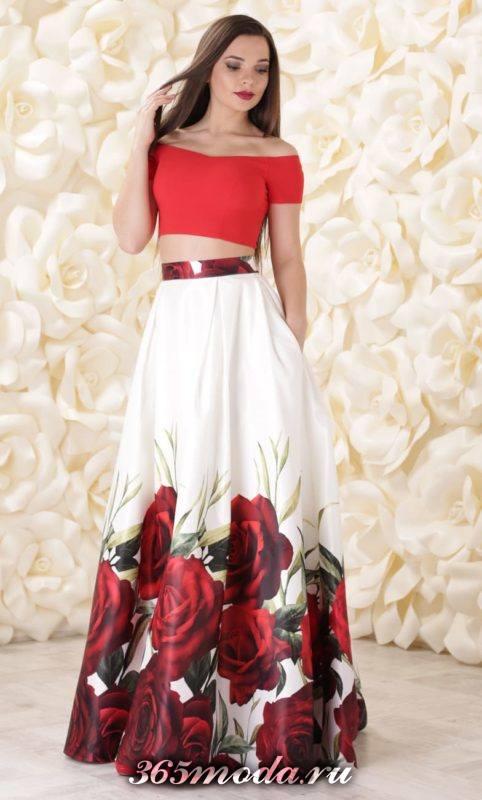 макси юбка с принтом и красный топ для Святого Валентина