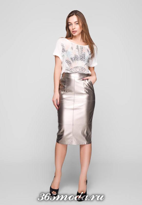 кожаная серебристая юбка карандаш и футболка с принтом для Святого Валентина
