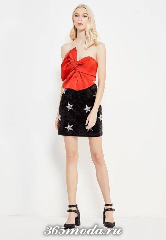 черная мини юбка с принтом и красный топ для Святого Валентина