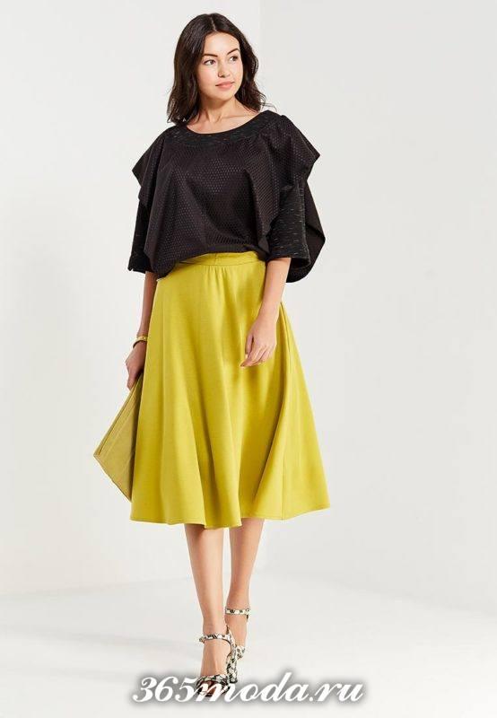 лимонная юбка клеш и черная блуза для Святого Валентина