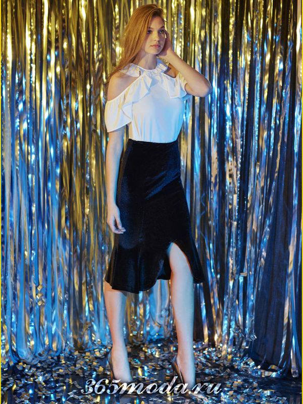 бархатная миди юбка с оборкой и белый топ для Святого Валентина