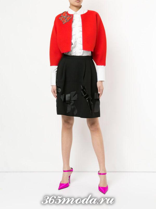 черная юбка с декором и красный жакет для Святого Валентина