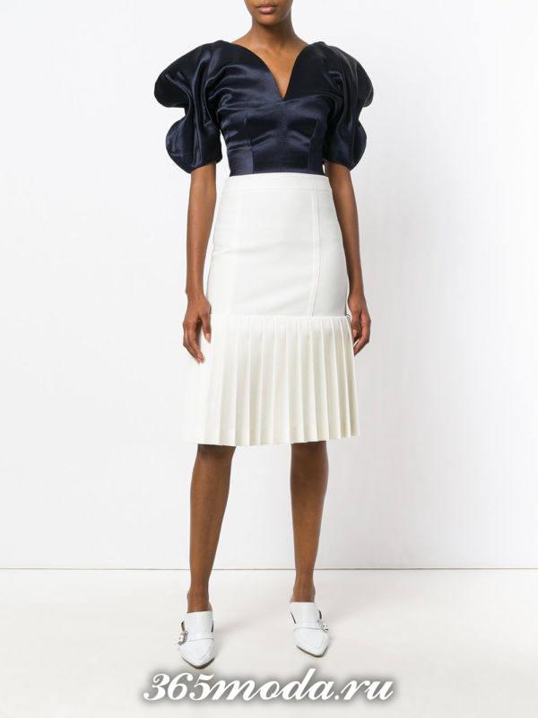 белая юбка плиссе и синяя пышная блуза для Святого Валентина