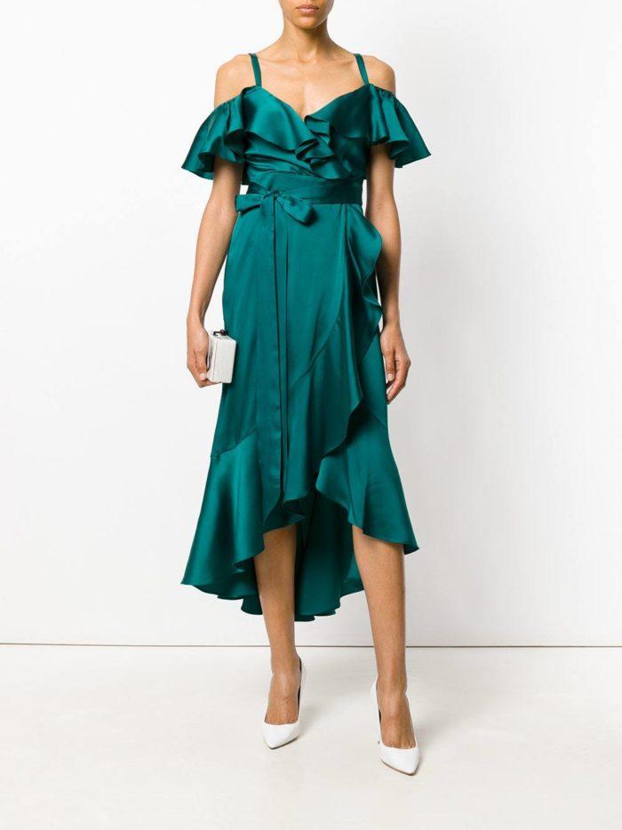 новогоднее зеленое асимметричное платье с оборками для знака зодиака рак
