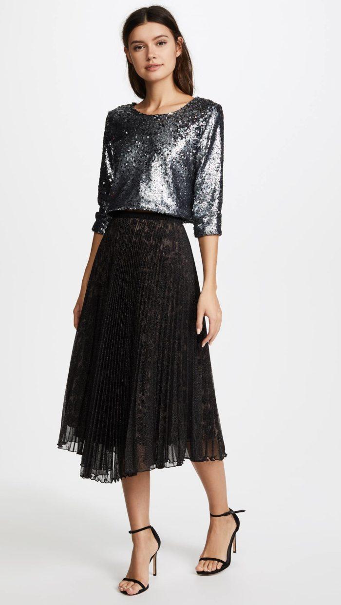 новогодний комплект из черной юбки плиссе и серебристой блузы для знака зодиака рак