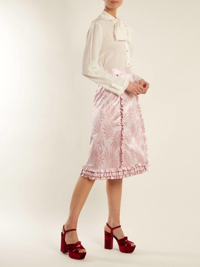 новогодний на ряд с юбкой миди и белой блузой для знака зодиака овен